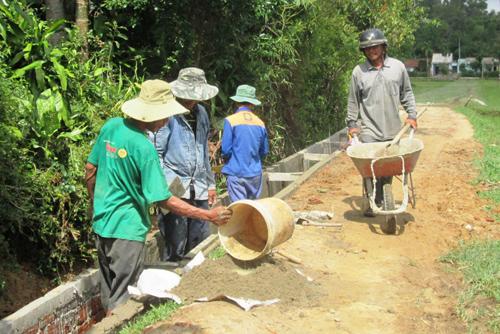 Nông dân Thăng Bình khẩn trương bê tông hóa kênh mương để kịp phục vụ sản xuất đông xuân.Ảnh: N.SỰ