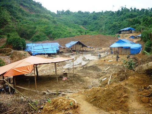 """Một """"đại bản doanh"""" vàng tặc tại xã Đắc Pring, huyện Nam Giang. Ảnh: T.HỮU"""