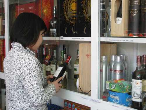Người dân nên chú ý thông tin sản phẩm khi mua để không tiếp tay cho việc tiêu thụ sản phẩm không còn giá trị sử dụng.Ảnh: PHAN AN