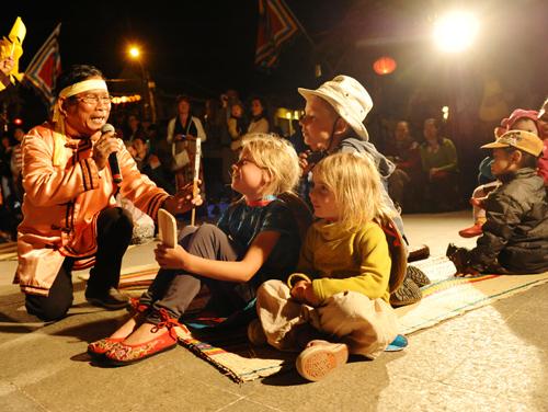 Diễn xướng bài chòi tại phố cổ Hội An luôn thu hút du khách và người dân. Ảnh: MINH HẢI