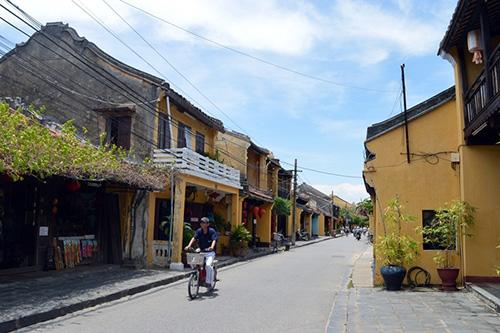 Lượng khách đến phố cổ Hội An sụt giảm trong tháng 9 và tháng 10. Ảnh: KHÁNH LINH