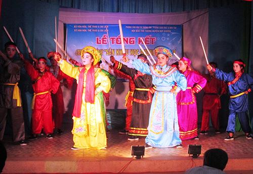 """Trích đoạn Tuồng cổ """"Trưng Vương đề cờ"""" do các em THCS tại Duy Xuyên diễn. ảnh: Phi Thành"""