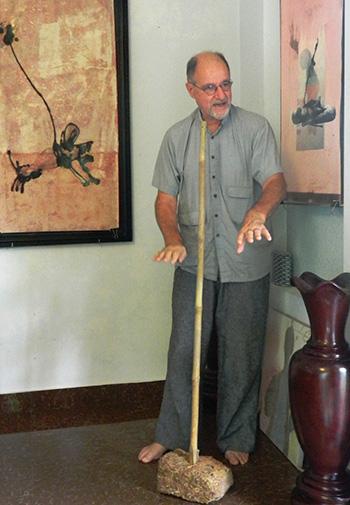 Jean – Luc Mello đang mô tả lại quá trình làm một tác phẩm về nghệ thuật Tuồng.Ảnh: S.ANH