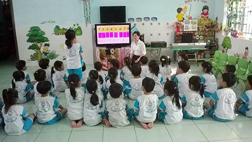 Giờ học ở Trường Mẫu giáo Điện Hồng - một trong các trường hưởng lợi từ việc xã hội hóa giáo dục ở huyện Điện Bàn. Ảnh: T.ĐẠI