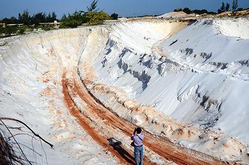 Dấu vết khai thác cát trắng còn mới tại địa bàn xã Tam Thăng TP.Tam Kỳ. Ảnh: TRẦN HỮU