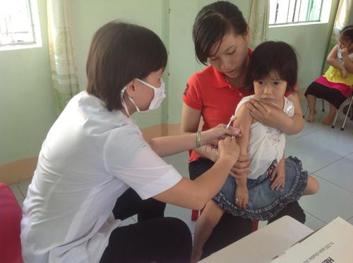Tiêm chủng vắc xin sởi- rubella đợt 1 cho trẻ tại Trường Mẫu giáo Hương Sen, TP.Tam Kỳ.