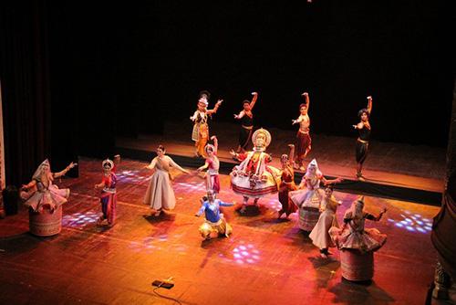 Một tiết mục múa cổ điển do các nghệ sĩ Ấn Độ biểu diễn tại Nhà hát Lớn Hà Nội vào tháng 3.2014.