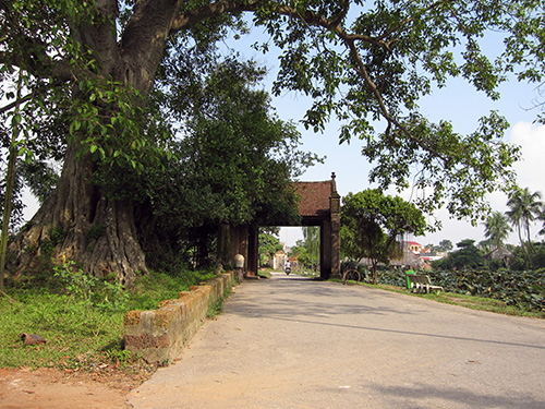 Cổng làng Làng cổ Đường Lâm - Hà Nội.  Ảnh T.AN