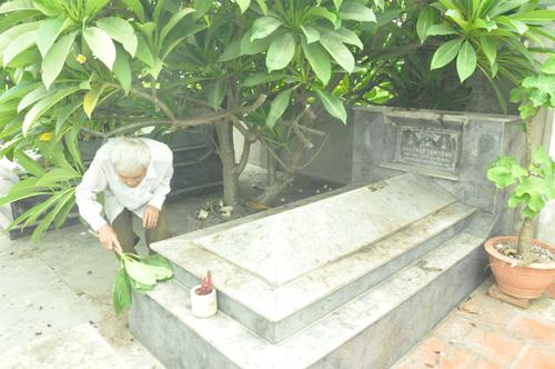 Ông Trần Văn Hợp chăm sóc phần mộ thân phụ.