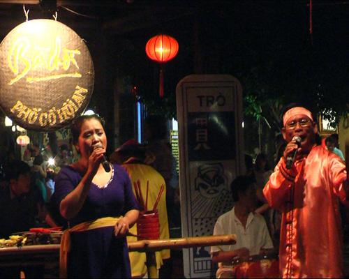 Hô hát bài chòi được tổ chức hàng đêm tại phố cổ.