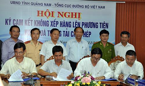 Doanh nghiệp tại Quảng Nam ký cam kết với Tổng cục Đường bộ Việt Nam không chở hàng vượt quá tải trọng.
