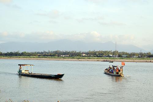 Người dân qua lại đò Kiểm Lâm - Giao Thủy mong mỏi dự án cầu sớm được triển khai. Ảnh: C.TÚ