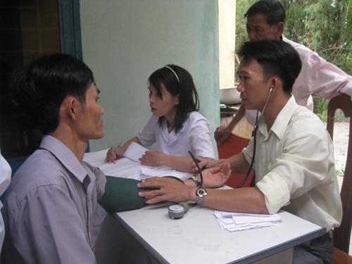 Trạm Y tế xã Tam Tiến tổ chức khám chữa bệnh miễn phí cho người dân. Ảnh VĂN PHIN