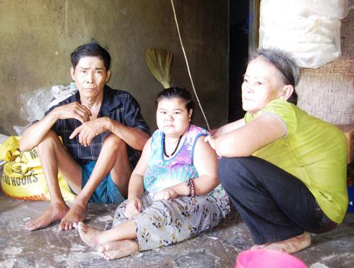 Hai vợ chồng ông Tựu và đứa con gái nuôi tật nguyền.