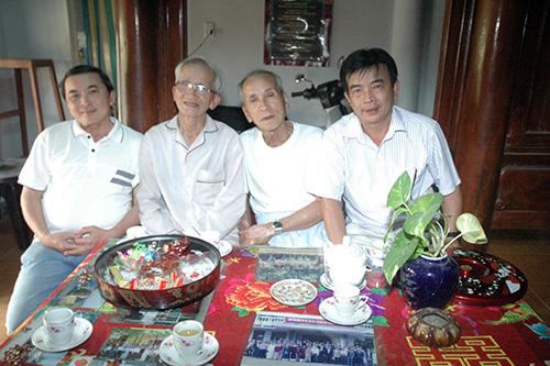 Tác giả Lam Hà (thứ 2 từ trái sang) và 2 con - nhạc sĩ Lê Xuân Bá (ngoài cùng, bên trái), Lê Xuân Trúc (ngoài cùng bên phải).             ảnh: Huỳnh Trương Phát