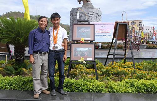 Cha con Lê Vấn - Lê Trọng Khang tại Triển lãm ảnh nghệ thuật khu vực Nam miền Trung - Tây Nguyên năm 2014 tại Bình Định.