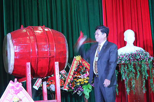 Ông Nguyễn Quyết Thắng - Hiệu trưởng Trường CĐ nghề tỉnh đánh trống khai giảng năm học mới.