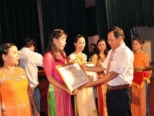 Bí thư Huyện ủy Phú Ninh Nguyễn Cảnh tặng kỷ niệm chương vì sự nghiệp giáo dục cho các cá nhân xuất sắc.