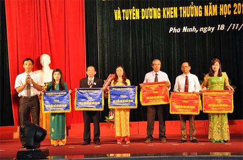 Chủ tịch UBND huyện Nguyễn Phi Thạnh tặng cờ thi đua xuất sắc cho các trường.