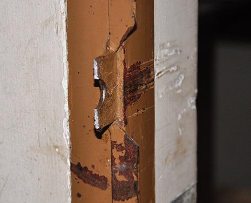 Khung bảo vệ, móc khóa Phòng LĐ-TB&XH bị trộm bẻ gãy.