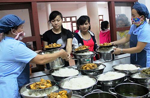 """Học sinh Trường Phổ thông Dân tộc nội trú tỉnh nhận cơm từ tay """"mẹ nuôi"""". Ảnh: ALĂNG NGƯỚC"""