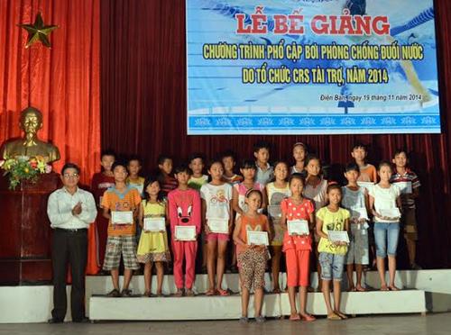 Trao giấy chứng nhận cho các em học sinh.