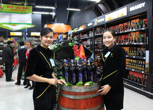 Người tiêu dùng cần chọn những cửa hàng uy tín khi mua rượu ngoại. (Ảnh minh họa)