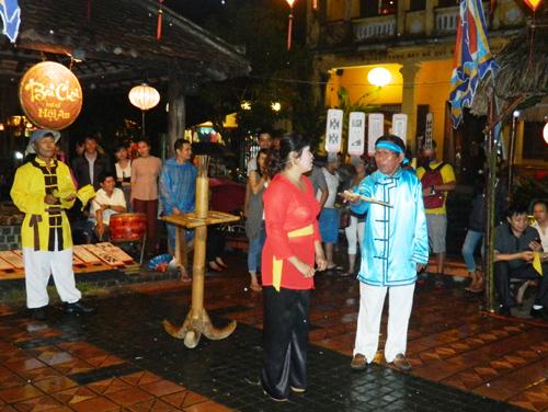 Anh Hiệu - chị Hiệu hô hát đối đáp tại hội chơi bài chòi ở phố cổ Hội An. Ảnh: SONG ANH