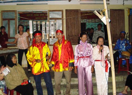 Người dân xã Tam Thăng (Tam Kỳ) tổ chức trò chơi bài chòi tại làng. Ảnh: SONG ANH
