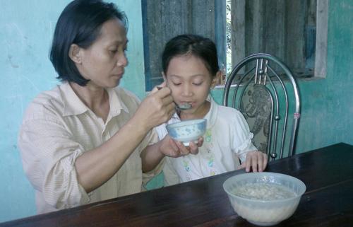 Chị Hồng chăm sóc con gái. Ảnh: M.Đ