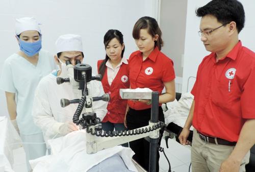 Hội Chữ thập đỏ huyện Tiên Phước tổ chức chương trình phẫu thuật mắt cho người cao tuổi. (ảnh do Hội Chữ thập đỏ cung cấp)