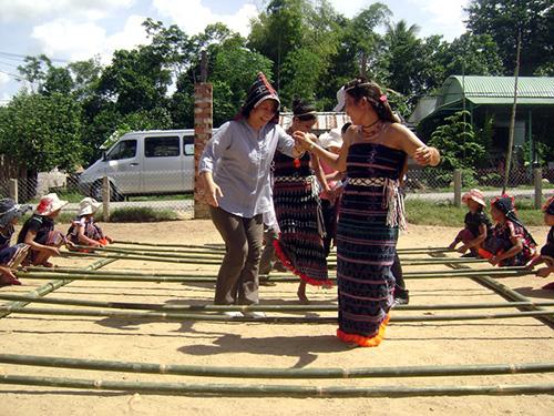Du khách thích thú với điệu múa sạp của đồng bào Cơ Tu ở Nam Giang.Ảnh: VĨNH LỘC