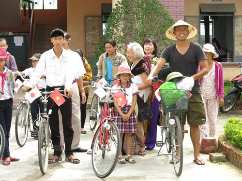 Kojima Takayuki's took pictures with students and local people