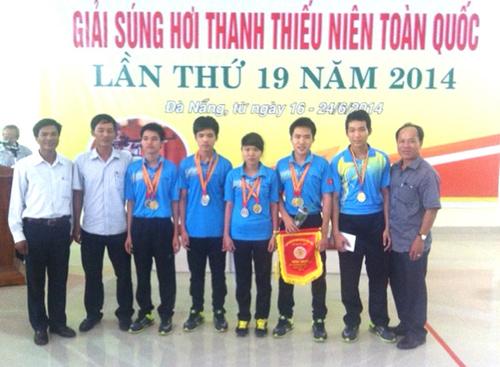 Hồ Viết Thanh Sang (thứ 3 từ phải sang) tại giải bắn súng thanh thiếu niên toàn quốc năm 2014.