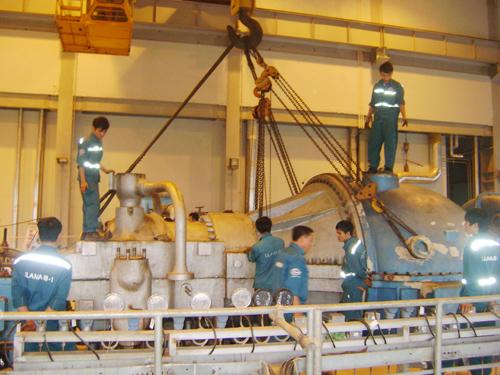 Lắp đặt tua-bin tại nhà máy nhiệt điện Nông Sơn.