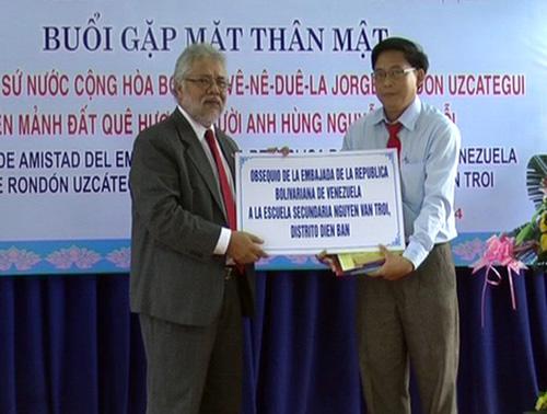 Mr Jorge Rondon Uzcategui donated 10 computers Nguyen Van Troi Secondary School