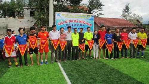 Trao cờ lưu niệm cho các đội tham gia giải.