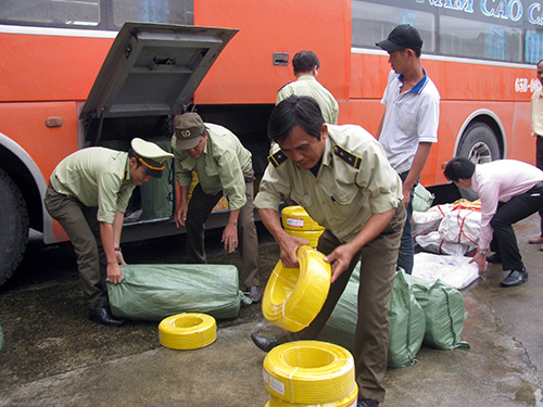 Tạm giữ hàng lậu trên tuyến quốc lộ 1 qua Quảng Nam. Ảnh: T.L