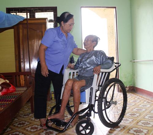 Cán bộ, nhân viên Trung tâm Nuôi dưỡng - điều dưỡng người có công tỉnh luôn chăm sóc người có công bằng tình yêu thương, chu đáo. Ảnh: D.L
