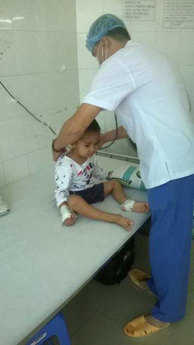 Cháu Thắng điều trị ở bệnh viện.