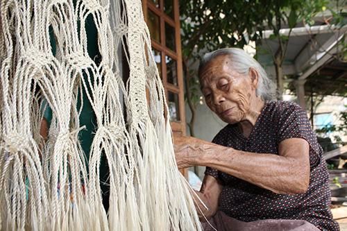 Cụ bà Phan Thị Môn đan võng ngô đồng.