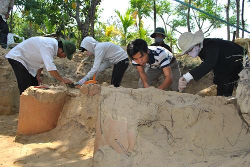 Khảo sát, khai quật mộ táng. Ảnh: QUỐC HẢI