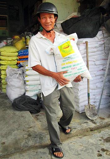 Nông dân mừng vì giá các loại giống lúa không tăng như những năm trước.