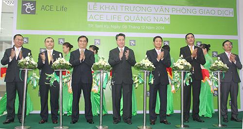 Ông Lâm Hải Tuấn – Tổng Giám đốc ACE Life (giữa) cùng Ban Giám đốc, Ban Điều hành và Phát triển kinh doanh cắt băng khánh thành Văn phòng giao dịch mới ở Quảng Nam.