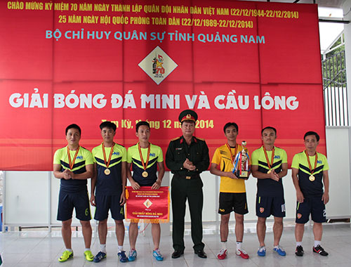 Đại tá Phạm Xuân Thiện, Phó Chỉ huy trưởng - Tham mưu trưởng Bộ CHQS tỉnh trao cúp cho đội bóng đá Phòng Tham mưu và CQQS huyện Núi Thành.