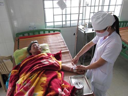 Người dân khám chữa bệnh tại Trung tâm Y tế huyện Bắc Trà My. Ảnh: VĂN BÌNH