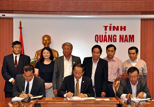 """Quang Nam's representatives and JICA's delegation signs the report of """"Improving water quality in Japanese Bridge"""" project."""