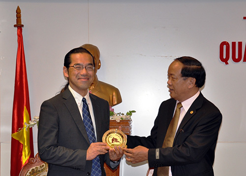 Mr Dinh Van Thu offers gift to Mr Shibata