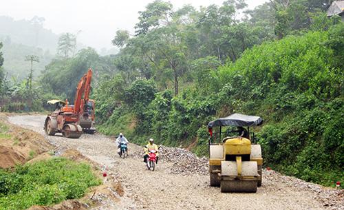Nhiều tuyến đường huyện lầy lội sẽ được kiên cố hóa.Ảnh: CÔNG TÚ