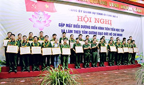 """Đảng ủy Quân sự tỉnh tuyên dương điển hình tiên tiến """"Học tập và làm theo tấm gương đạo đức Hồ Chí Minh"""" trong toàn quân. Ảnh: T.HUẤN"""
